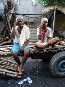 Indiani con telefonino